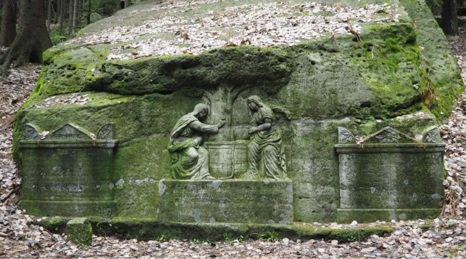 Reliéf na skále u pramene pod horou Ostaš ve východních Čechách